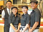 \チームワーク抜群♪/未経験の方も、優しい店長と頼もしい先輩達がしっかりサポート(@`▽´@)/
