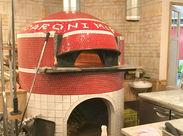 ■タイルが可愛い大きな石窯♪ 本場ナポリの石窯で焼いたピザやパンが自慢!店内には焼きたてパンのいい香りがします♪