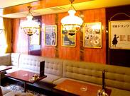 暖色の照明と天井のステンドグラスが印象的*「懐かしい雰囲気が好き」そんな方には特におすすめのお店です。