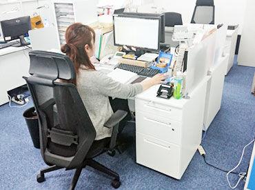 14名の小規模オフィス♪ 勤務時は私服でOKということもあり、フラットな雰囲気。 リラックスして働けます!