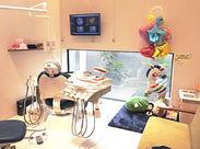 実は…完全個室の歯医者さん♪ 圧迫感を感じないように天井が広く、 リラックスした空間です!
