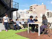 天気のいい日は屋上でリフレッシュも。メンバー同士の仲も良く、楽しくお仕事できる環境です。1Fにはカフェスペースもあります♪