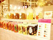 いつも甘~い香りがただよう、可愛くてポップな店内★綺麗なショーケースも自慢です♪