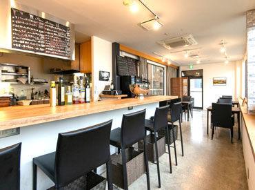 シックな色合いで統一された隠れ家レストラン*。*: 近くに住むお客様のご来店も多く、 落ち着いて働ける雰囲気のお店です♪