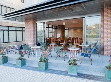 \オーシャンフロントの開放的なテラスが人気♪/ 憧れのカフェレストランで働きたい方歓迎★ 手厚いサポート体制あり◎