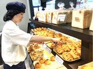 未経験者&バイトデビュー大歓迎♪ まずは、袋詰めやパンの名前を覚えるところから★ 先輩スタッフが付き添って教えます◎