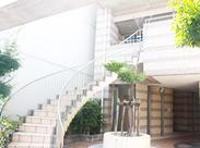 階段下に看板があります!2階が病院となります◎ 《20~40代の幅広い年代のスタッフ活躍中》