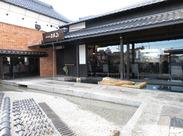 ガラス張りの店内から見える日本庭園のような中庭☆ 店内にはクラシック音楽が流れ、落ち着いた空間で働けます♪