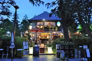 吹き抜ける風と緑の匂いが気持ちいい!メディアでもよく取り上げられる老舗カフェ&ビアレストラン★