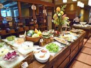 店内には色とりどりの野菜で作られたお料理が並んでおり、どこか暖かみのある雰囲気♪スタッフ同士もとても仲が良いですよ★