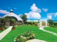 ホテルの高層階に広がるのは天然芝の緑がまぶしい天空のガーデン!空・海・山を眺められる贅沢な空間ですよ♪