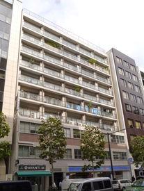 オフィスは新宿御苑前駅すぐ! 1階にコンビニ有♪近くには飲食店も多数あるので便利です◎ ※イメージ画像