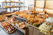 焼きたてパンがずらりと並ぶ店内♪大人気商品から新作まで≪社割≫で購入出来ますよ◎