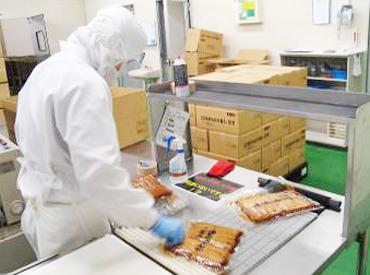 【製造スタッフ】\コツコツできる/カンタン&裏方ワーク♪油揚げの製造ラインで商品チェックや梱包など☆初めてでもスグ覚えられますよ!
