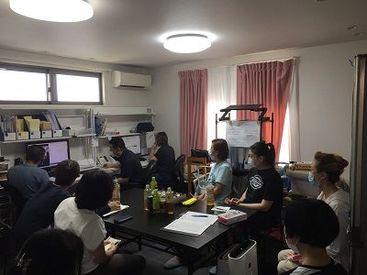 3ヶ月に1回は医療的ケアや介護接遇の研修など様々な内容の研修を 動画を見ながら在宅環境で受講することができます。