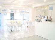 店内は白を基調とした、清潔感あふれる空間♪優しくて気さくなメンバーばかりで、チームワークも抜群です!