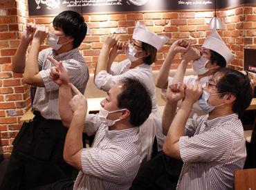 スタッフみんなで『天狗ポーズ』!(笑) 写真で伝わるように チームワークばっちりです★★ みんな楽しみながら働いています!