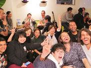 =ラウンジバーでは他のゲストとの交流も★= ↑ハロウィンの写真です♪国内はもちろん海外からのお客さんも多数!