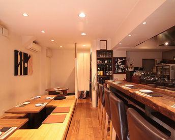 客席はカウンター6席とテーブル3卓のみ。 おいしいお料理とお酒を愛する大人が集まる、ゆったりと落ち着いた空間です。