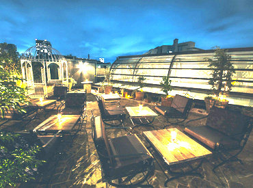 屋上には都会の空を見渡せるテラスがあります♪ 晴れた夜は星空を見ながら食事を楽しめるんです★