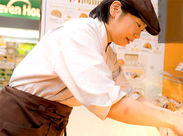 コンビニ内にはベーカリーコーナーもあり◎制服はストライプシャツに、えんじ色のエプロン☆カフェスタイルでとってもオシャレ♪
