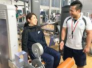 こちらはトレーニング中の利用者さんをサポートしている様子◎ 器具の使い方や体の動かし方を説明したりします!!