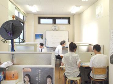 写真は実際の指導風景です♪生徒2人までなので教えやすく、生徒の成長がよくわかります。