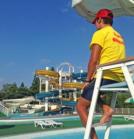 【プール監視Staff】今年の夏は、屋外プールでさわやかバイトっ★「週1日/3h~」細切れ時間でできるから、旅行や遊びを充実させながら働けます!