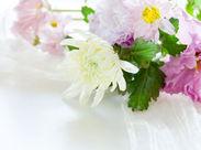 会場への配達や、葬儀前に生花祭壇のセッティングをお任せします◎服装、髪型などはいつも通りの格好でOKです。