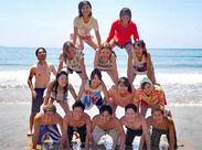 今年の夏はみんなで海へ行きました♪ ウチらに掛かれば、組体操もおてのもの★ このチームワークでアナタの事もサポートします!