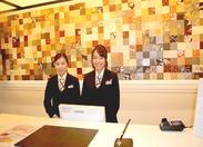 オシャレなフロントでお仕事(^^♪お客様を笑顔で出迎え、スタッフ同士も自然と笑顔に☆彡優しい先輩たちが待ってます♪