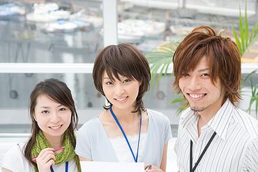 オシャレに働ける☆* うれしい服装/髪型/髪色、自由◎ ピアスやネイルだってOKです♪  ※画像はイメージです