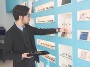スタッフ達も、皆お気に入りのメガネをかけて楽しくお仕事しています☆彡 メガネひとつで、あなたの個性は無限大!