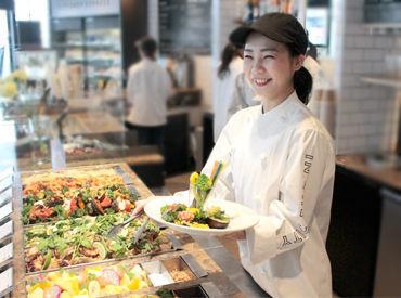 この彩り鮮やかなサラダやデリにお客さんも私たちも思わず笑顔に…!