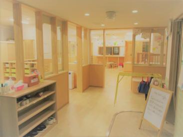 木のぬくもりのある、明るい保育室です。