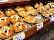おトクで美味しいパンがズラリ!焼きたてパンの優しい香りにホッとできる空間です◎