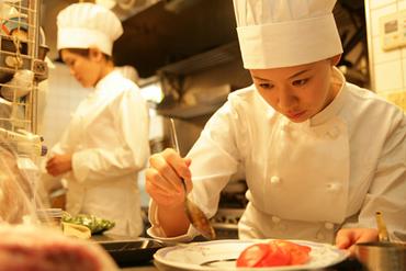 【キッチンスタッフ】【ザ・リッツ・カールトン東京】あなたの経験を生かして、お客様を喜ばせてください。しっかりした手応えを感じられるはず☆