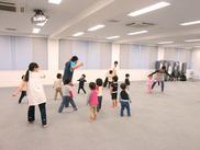子どもたちの笑い声が絶えない明るい園内♪保育室も子どもたちが遊びまわれる十分な広さがあります★