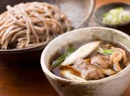 自慢のちぢれ麺は毎日職人が丹精込めて手打ちしています。自慢の味で、お客様を笑顔にしてください