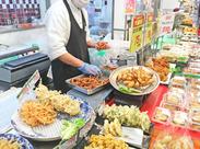 お惣菜をパックに詰めたり、詰めたパックを並べたり…♪未経験の方もスグ活躍できるカンタン作業です!