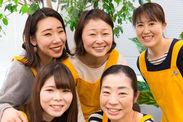 スタッフは男女20~50代まで幅広く活躍中☆ 黄色いエプロンが制服です♪