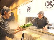 お皿に野菜を盛り付けたら、 ホールSTAFFに「これ、よろしく!」 つくねを作ったり、カンタンなことから始めます♪