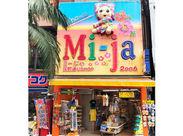 この大きな看板が目印!国際通りで人気のお土産屋さんと言えば…Mi-jaです♪学生~中高年の方まで幅広く活躍中◎