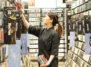 レジやDVD・CDを棚に戻すなど、誰もすぐできるシンプルなお仕事♪ フリーター・学生・主婦までみんな活躍中◎
