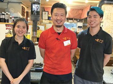 """赤いシャツを着ている神谷店長は、 スタッフのお父さん的存在★ """"バイト先をコロコロ変えたくない"""" 長期STAFF大歓迎です!"""