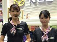 オシャレな制服を着てパチリ★ スタイリッシュ&モダンな制服が人気♪ スタッフ同士のチームワークも◎