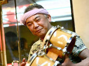 このゆったり感は…間違いなく沖縄♪お料理だけじゃない、歌や島の三味線など、生演奏も楽しめちゃう♪