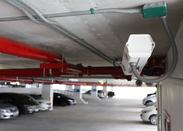 みなさん、ご存知の「駐車場の監視カメラ」。これに映し出された映像を、事務所のモニターでチェックしてください!