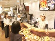 お馴染みのBAGEL&BAGEL★横浜駅直結だから、雨の日も安心!週3日~OK&シフト自己申告で働きやすい♪+゜