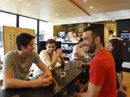 ラウンジでは、ゲスト同士の交流も♪ 新築でキレイなホステルであなたの語学力を活かしてください♪